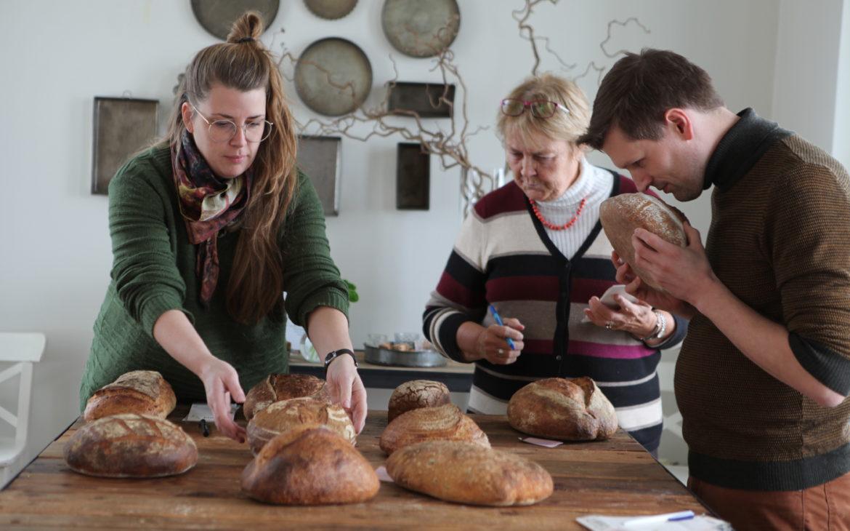 Árni Ólafur Jónsson, Dominique Plédel Jónsson and Ragnheiður Maísól Sturludóttir evaluate the sourdaugh bread of the year 2019-2020