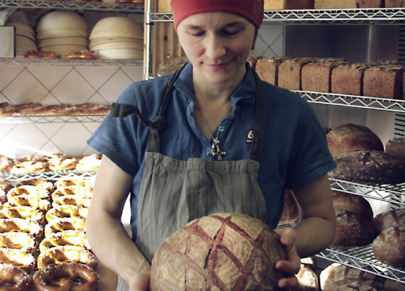 Dörthe with a sourdough bread